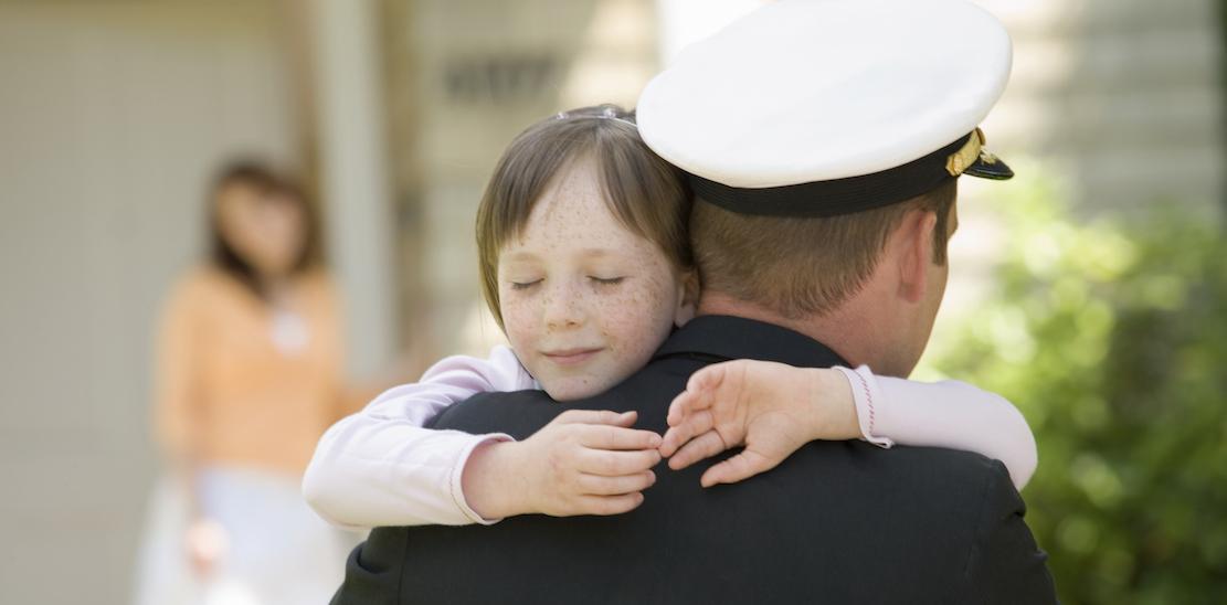 Девочка, обнимающая военного