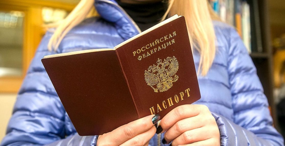 Женщина с паспортом в руках